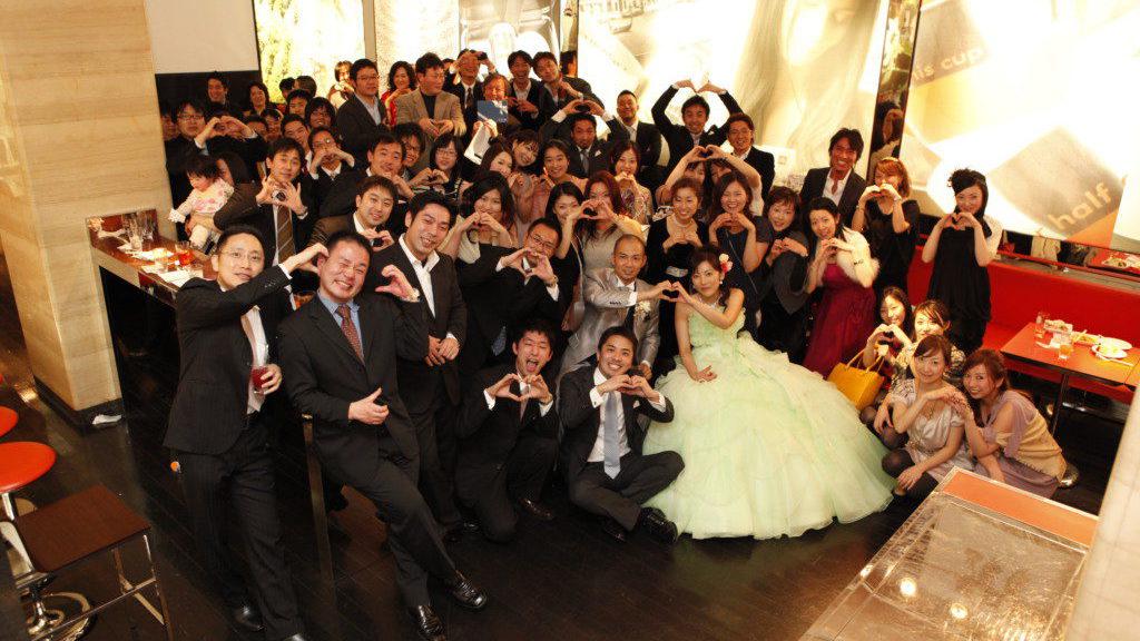 結婚式二次会で集合写真の撮り方イメージ画像