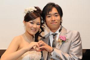 結婚式二次会の後に笑顔の新郎新婦