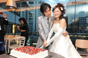 ケーキ入刀で笑顔の新郎新婦
