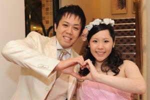 結婚式二次会後に笑顔の新郎新婦