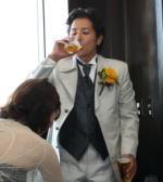ビールをガブ飲みする新郎