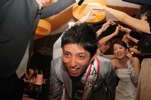 結婚式二次会でアーチの退場