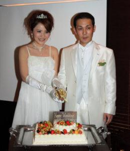ケーキ入刀する新郎新婦