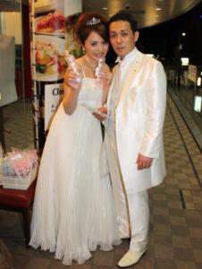 結婚式二次会後に笑顔で記念撮影をする新郎新婦