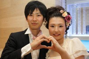 結婚式二次会後にハートマークを作る新郎新婦