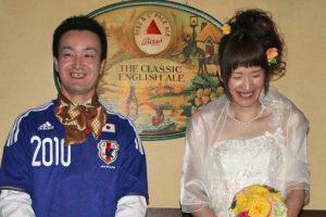 サッカー日本代表のユニフォームで登場した新郎