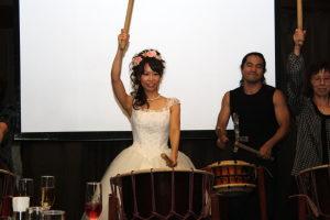 和太鼓を叩く新婦
