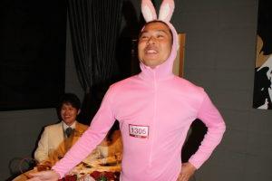 ウサギの着ぐるみを着たゲスト