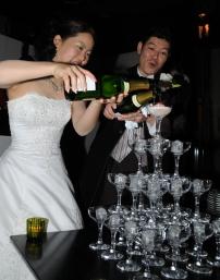シャンパンタワーをする新郎新婦