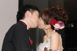 結婚式二次会でキスをする新郎新婦