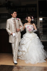 結婚式二次会の新郎新婦入場