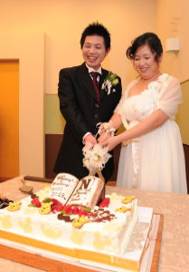 笑顔でケーキ入刀