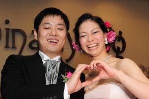結婚式二次会の後に満面の笑顔の新郎新婦