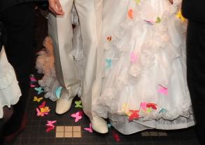 蝶がたくさん着いた新婦のドレス