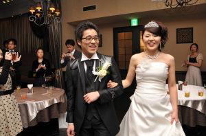 結婚式二次会で新郎新婦入場