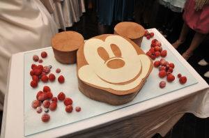 ミッキーの形をしたウェディングケーキ