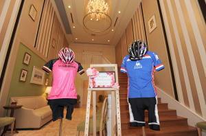 入口に飾られた自転車のユニフォーム