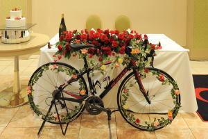 高砂に飾り付けられたロードバイク