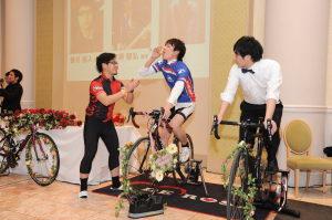自転車を必死に漕ぐ新郎