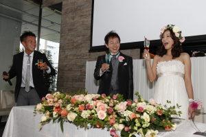 笑顔で乾杯するゲストと新郎新婦