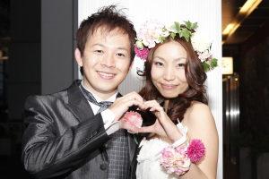 結婚式二次会の後の笑顔の新郎新婦